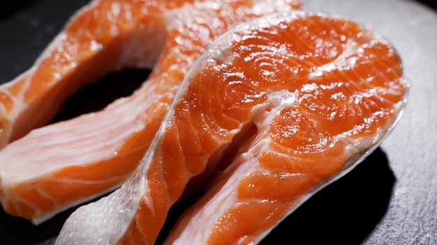 Sushi de salmão em prato preto no foco seletivo do restaurante Foto Premium