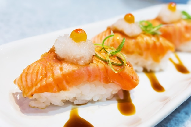 Sushi de salmão grelhado com ponto de foco seletivo