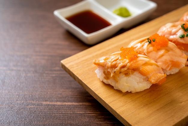 Sushi de salmão grelhado em prato de madeira - comida japonesa