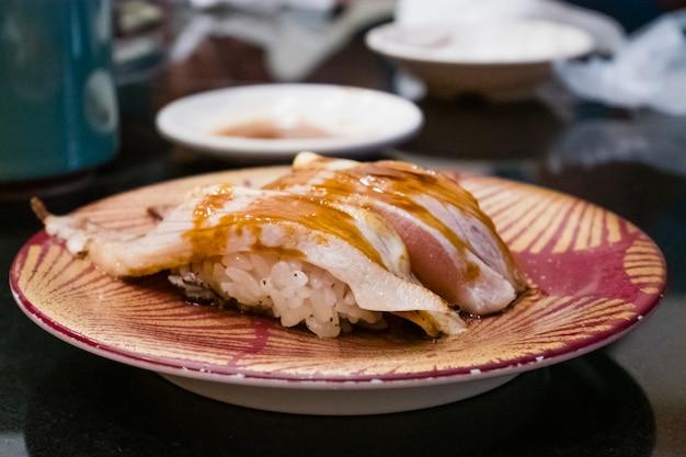 Sushi de salmão grelhado