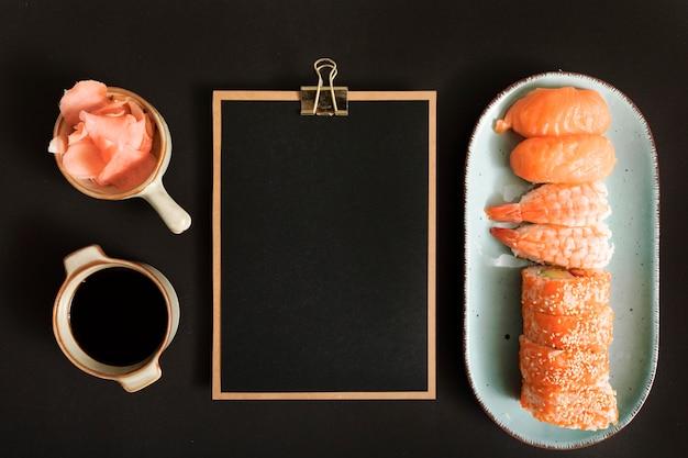 Sushi de vista superior com espaço de cópia