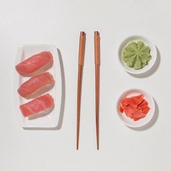 Sushi de vista superior com pauzinhos e wasabi