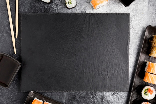 Sushi de vista superior na mesa