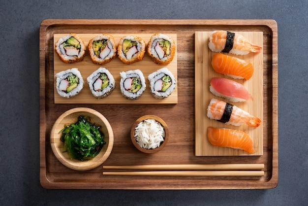 Sushi definido na bandeja de bambu