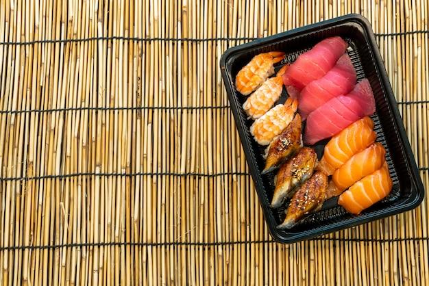 Sushi definido na caixa preta