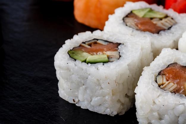 Sushi definido na superfície da mesa preta