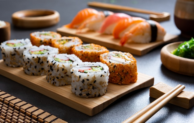Sushi definido no prato de bambu