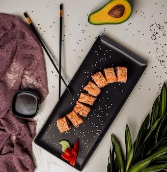Sushi definir vista superior em cima da mesa