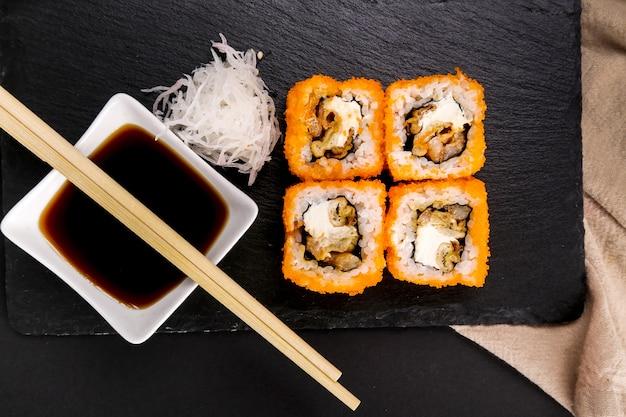 Sushi delicioso em chapa preta
