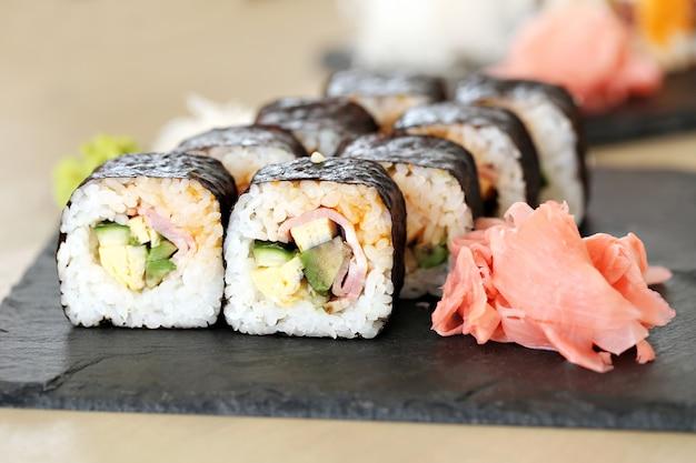 Sushi delicioso servido na mesa