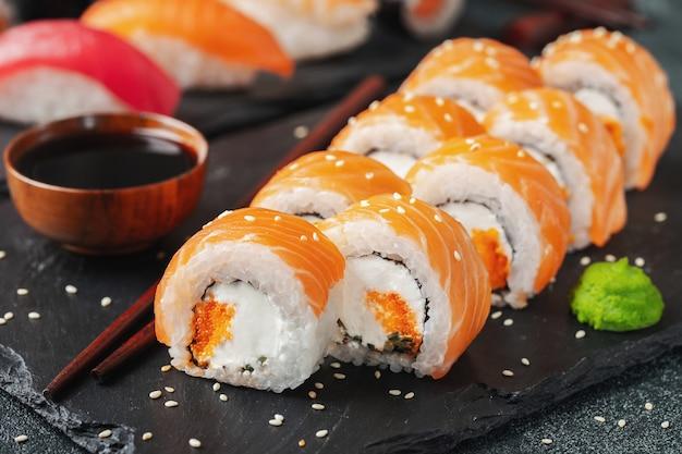 Sushi do rolo de philadelphfia com salmões e pepino.