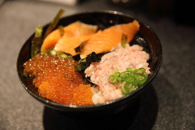 Sushi don, atum de salmão cru e caviar com arroz