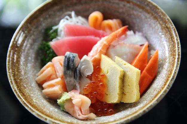 Sushi don, polvo de atum com salmão cru e ovo com arroz