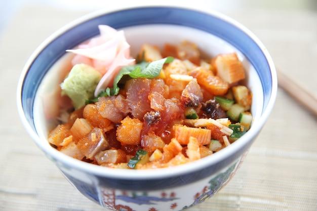 Sushi don, sushi cru, salmão, atum, polvo e ovo com arroz, comida japonesa