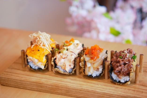 Sushi e comida tradicional japonesa na mesa com espaço de cópia