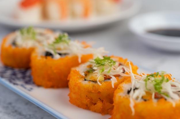 Sushi é muito bem organizado no prato.