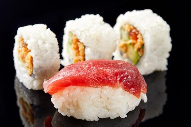Sushi e nigiri com salmão