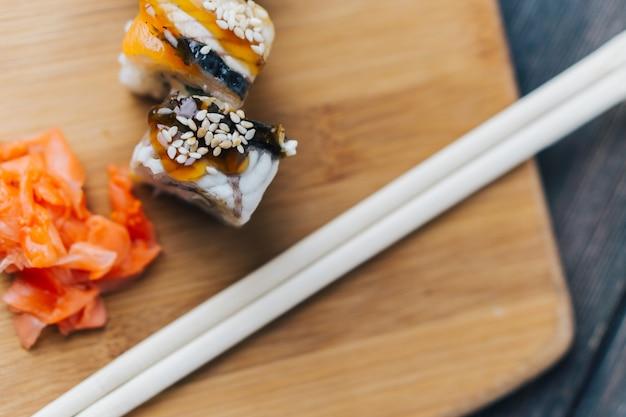 Sushi e pãezinhos em cima da mesa, entrega em domicílio