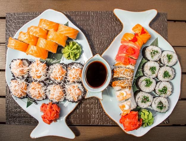 Sushi e pãezinhos em um lindo prato