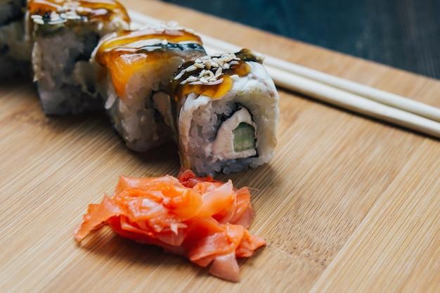 Sushi e pãezinhos na mesa, entrega em domicílio
