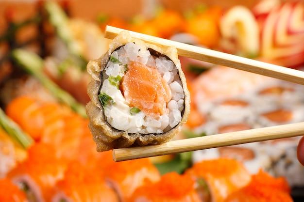 Sushi e sashimi de comida japonesa