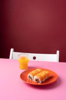 Sushi e suco de alto ângulo