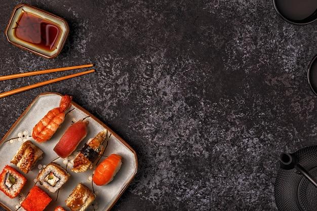 Sushi e sushi rola no prato
