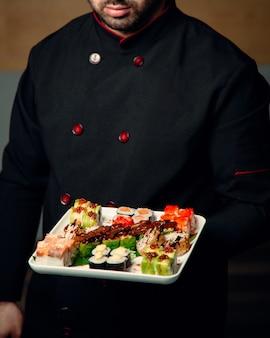 Sushi em cima da mesa