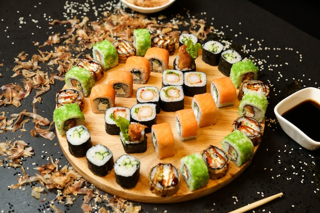 Sushi em conjunto com vários tipos de sushi na mesa de madeira, close-up vista