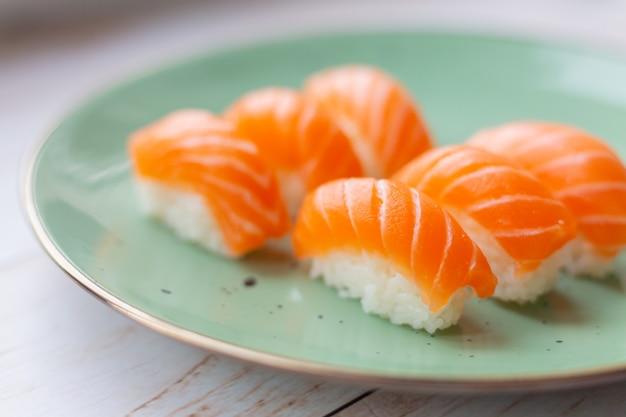 Sushi em prato de cerâmica, arroz e salmão