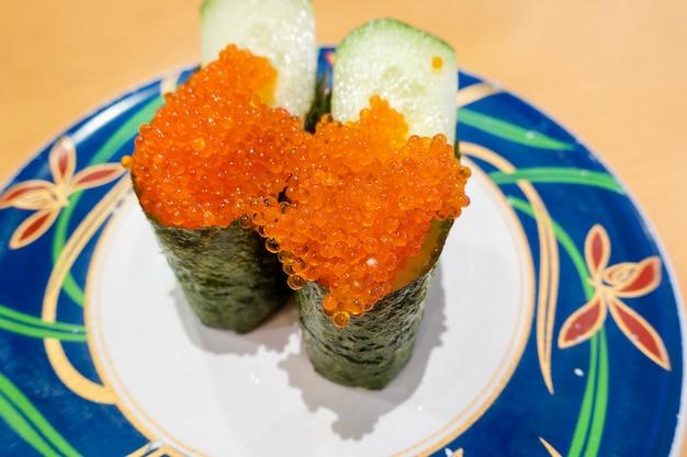 Sushi em pratos, conceito de comida do japão