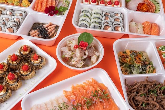 Sushi em recipiente de isopor em cima da mesa