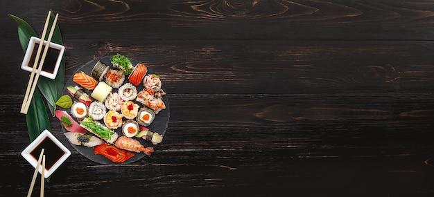 Sushi em superfície de madeira preta