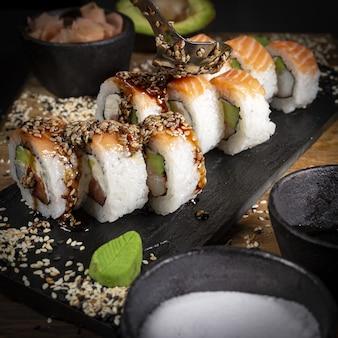 Sushi em um estilo de fotografia de comida escura de prato