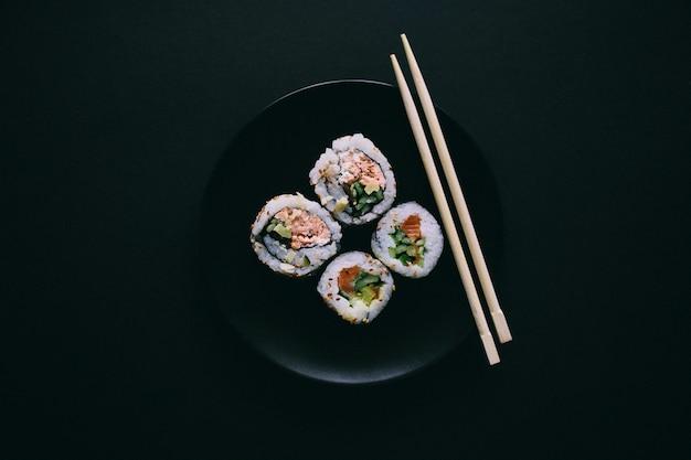 Sushi em um prato preto