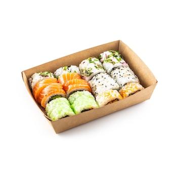 Sushi em uma caixa de papel reciclado, isolada no fundo branco. conceito de embalagem de alimentos orgânicos.