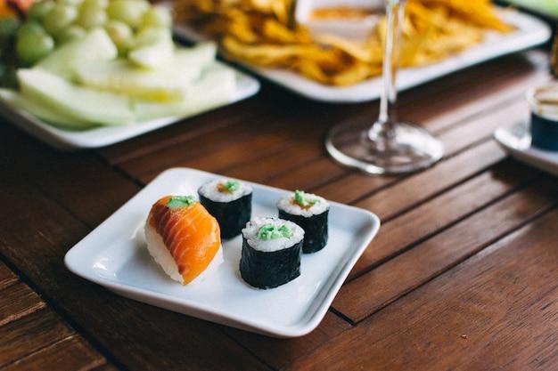 Sushi em uma festa de jardim de verão