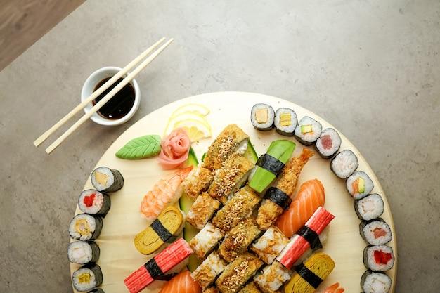 Sushi em uma mesa de restaurante