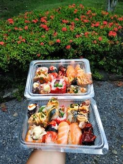 Sushi embalado em caixas de comida para levar de perto