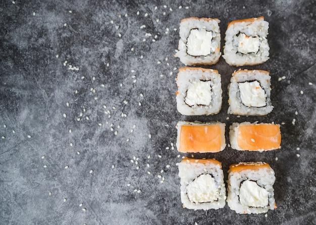 Sushi empilhado com sementes e cópia-espaço