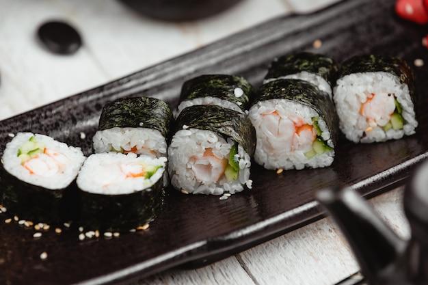 Sushi enrolado preto com arroz