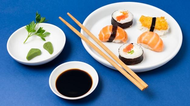Sushi fresco de alto ângulo e molho de soja