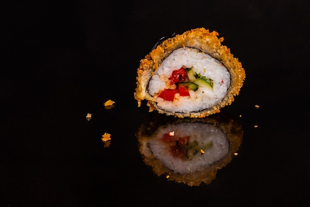Sushi fresco e saboroso em fundo escuro