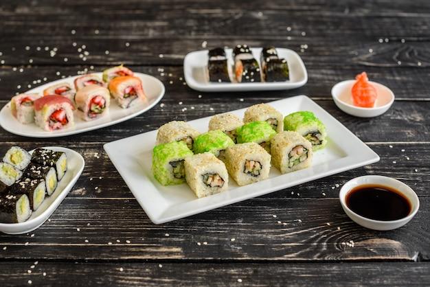 Sushi fresco e saboroso no fundo escuro. pode ser usado como pano de fundo