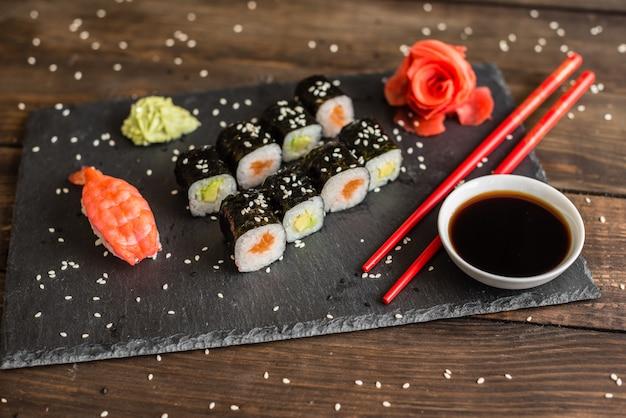 Sushi fresco e saboroso no fundo escuro.