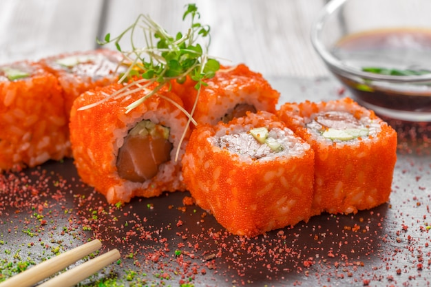 Sushi fresco na mesa de madeira rústica