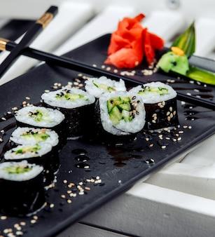Sushi fresco preto com arroz na mesa