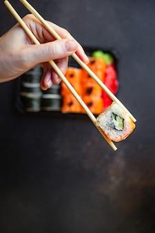 Sushi fresco rola salmão, peixe, arroz e nori na mesa