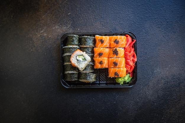 Sushi fresco rola salmão, peixe voador, vegetais, ovas
