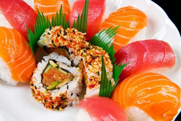 Sushi fresco tradicional comida japonesa